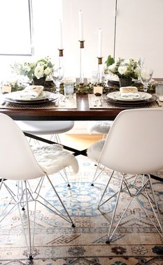 Modern chairs + ethnic rug—if this was a desk, not a dining table Dining Room Inspiration, Interior Inspiration, Tuesday Inspiration, Eames Dining Chair, Sweet Home, Deco Table, Thanksgiving Table, Modern Chairs, Interiores Design