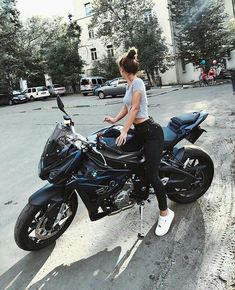 In dieser Geschichte geht es um ein Mädchen, das an diesem Tag Nerd ist . This story is about a girl who is nerd that day . Motorbike Girl, Motorcycle Outfit, Motorcycle Bike, Motorcycle Clothes, Motorbike Photos, Motorcycle Girls, White Motorcycle, Biker Chick, Biker Girl