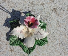 Adorable stoneware flowers A french tradition to honour the deceased with ceramic flowers. These flowers can be found on the cemeteries all over France. Mooie bloem (lelie) van keramiek. Het is een Franse traditie om de graven te versieren met deze bloemen.