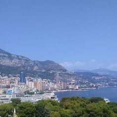 #Rocher On avait pas le droit de prendre des photos dans le palais lui-même, vu que c'est la que vivent S.A.S albert II et la princesse Charlène, alors je vous publie une photo de la vue sur monaco qu'on a du musée Océanographique. bisous bisous princier #Monaco #FaufauEtFlofloEnVacancesANice #faufauEtFlofloVisitentMonaco #albert #Grimaldi #Charlene #prince #princesse #principautedemonaco #albertII #princedemonaco #TropDeHashtagTueLeMessage by tinesfau from #Montecarlo #M