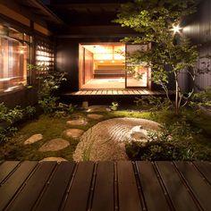 A small Japanese garden surrounded by house Japanese Style House, Traditional Japanese House, Japanese Interior Design, Japanese Modern, Japanese Homes, Architecture Design, Japanese Architecture, Asian Interior, Interior Garden