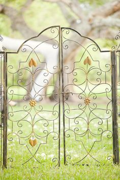 We are closing out the week here at SMP Florida with a super gorgeous fete by 1313 Photography . You're seriously gonna die when you see all the pretty florals like baby's breath and old moss roses in. Garden Gates And Fencing, Fence Gate, Fences, Red Fish Grill, Wrought Iron Gates, Metal Gates, Iron Art, Inca, Entrance Gates