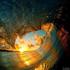 Il plonge dans les vagues pour les capturer de l'intérieur, des photographies puissantes et poétiques | Buzzly