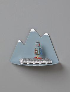 Petite étagère pratique et décorative : 100% craquante dans la chambre des enfants.DétailsDim. L.35 x H.23 cm. Système de fixation murale.MatièreMétal peint;