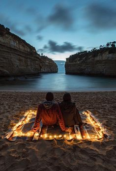 Create a cozy date night beach picnic with a blanket and battery powered fairy lights. Create a cozy date night beach picnic with a blanket and battery powered fairy lights. Camping Am Meer, Battery Operated Christmas Lights, Dream Dates, Beach Date, Cute Date Ideas, Beach Picnic, Night Picnic, Adventure Is Out There, Beautiful Places