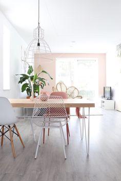 5 tips voor het kiezen van de ideale eettafel voor in een (klein) interieur! Scandinavian Living, Office Desk, Sweet Home, Dining Table, Interior Design, Inspiration, Furniture, Home Decor, Dining