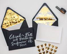 Invitaciones de boda con sobres en negro, blanco, dorado con brillo
