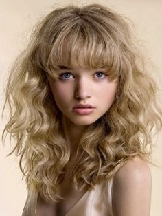 Wavy Hairstyles with Bangs - The decision to add bangs can completely transform a hair style from multiple points of view. Those who have a naturally wavy or curly hair can often hesitate when it comes to choosing a bangs hairstyle, fearing that they might end up regretting this decision. However, the following bangs hairstyles can completely change this perspective, so take a look at these hairstyles before forming an opinion.