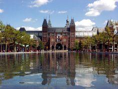 The Rijksmuseum, Amsterdam (Het grootste en belangrijkste museum van Nederland is het Rijksmuseum. Het museum heeft ruim 200 zalen vol met kunstwerken van onder andere Rembrandt en Vermeer. Het bekendste kunstwerk wat je hier vindt is toch wel de Nachtwacht. Het museum is zeker een aanrader voor de mensen die nieuwsgierig zijn naar de geschiedenis van Nederland!)