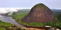 Colombia - Cerros de Mavecure (Guanía) solo se puede acceder por río.