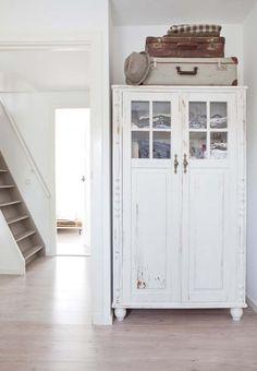 KARWEI | De kleuren wit en zand geven het huis een mooi, natuurlijk en basic gevoel. #karwei #binnenkijkers #slaapkamer #inspiratie