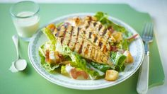 This salad has so much to celebrate: salty cured ham, juicy chicken breasts, crunchy croûtons and a creamy dressing. Acid Reflux Recipes, Chicken Caesar Salad, Ceasar Salad, Just Cooking, Salad Recipes, Picnic Recipes, Lunch Recipes, Delicious Recipes, Yummy Food