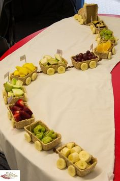 Fruit Train Healthy Food for fun kids creative idea party reception  +++ Centro de mesa decoracion mesa fiesta buffet Fruta fresca cortada en vagones de tren comida sana saludable para niños infantil