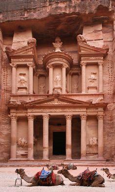 Man sollte sagen ›stellvertretend‹ für die antike Architektur, Babylons, Ägyptens, Griechenlands, Roms, hier Al Khazneh in Petra. Vielleicht ist das auch nur ein kulturell geschaffener Sehnsuchtsort wie die Rakete den gotischen Bogen meint, der den Menschen dem eingebildeten Gott näher bringen soll.