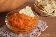 La crema di zucca è facilissima da preparare ed è molto versatile, si può utilizzare per preparare bruschette, per condire la pasta o come conserva.