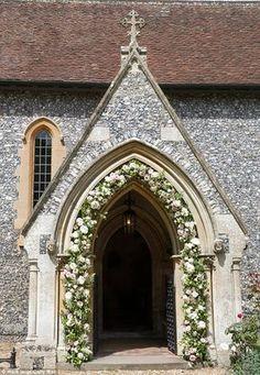 O casamento de Pippa Middleton e James Matthews - decoração da igreja com arco de flores na porta - rosa branco e verde