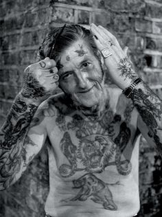 25 Fotos de idosos tatuados