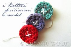 Crochet School: how to make easy buttons to cro Scuola di Uncinetto: come fare dei bottoni facilissimi a crochet I love buttons, it& a fact, I love them so much that I have thousands of them … - Crochet Buttons, Diy Buttons, Cute Crochet, Crochet Crafts, Crochet Dolls, Crochet Yarn, Yarn Crafts, Easy Crochet, Christmas Sewing