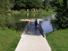 The visitor walks through the ramp, descending – water level is higher on both sides – and the visitor remains absolutely dry. This intervention, designed by Westpol, allows people to meet in the middle of the lake without getting wet. The project is located in Vöcklabruck, Austria, surrounded by a beautiful landscape. In the middle, a circular space that even allows you to sit. The contact with nature is something unique.