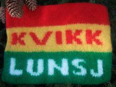 Garn: Fritidsgarn Garnmengde: Grønn 50 gram Gul 50 gram Rød 100 g Hvit 50 gram Strikkepinner: Rundpinne nr. 6 eller 7 Mål etter toving... Knitting Yarn, Free Knitting, Knitting Patterns, Diy Nightstand, Jewelry Case, Diy Design, Christmas Diy, Knit Crochet, Diy And Crafts