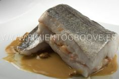 Merluza rellena de gambas con salsa de oricios (erizos de mar)