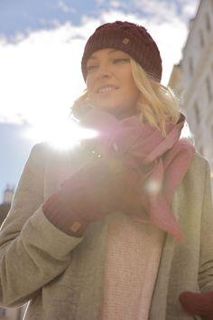 Handgestrickte Mütze/Haube in bordeaux, hellblau und grau mit Zopfmuster. So ist man in jedem Winteroutfit und Herbstperfekt gekleidet. Egal ob im Skiurlaub, beim Stadtbummel oder zum eleganten Outfit., die Strickmütze passt immer. Knitted hat in bordeaux, light blue and grey with plait pattern. Perfectly dressed in every winter outfit. No matter if on a skiing vacation, in city or wearing an elegant fall outfit, the winter hat always fits. #outfitinspiration #winteroutfit #knittedhat Winter Outfits, Casual Outfits, Elegantes Outfit, Knitted Hat, Light Blue, Beautiful, Fashion Styles, Hoods, Trendy Outfits