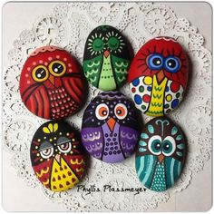 i love those owls  original post piedras pintadas buhos Mushroom Fairy House fairy garden rock house