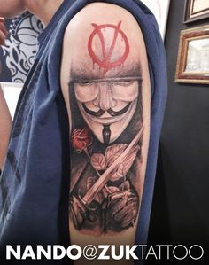 Tatuaje con el personaje principal de la película V de Vendetta.