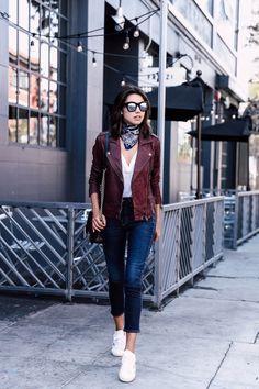 Skinny Jeans lässig kombiniert mit Lederjacke und Sneakers