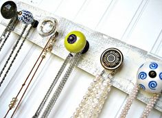 Necklace Wall Hanging with Chartreuse and Blue par sweetsadiek Necklace Display, Necklace Holder, Home Crafts, Diy Home Decor, Diy Collier, Jewelry Organization, E Design, Pomellato, Jewelry Crafts