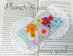 ♡...世界でたった1つのケースを心掛けて    心をこめて丁寧に作っております...♡カラフルなノースポールや小花の押し花を使いました iPhone5/5s... ハンドメイド、手作り、手仕事品の通販・販売・購入ならCreema。