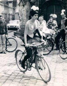 Geneviève Bujold riding a bike. Velo Vintage, Vintage Bicycles, Vintage Biker, Vintage Black, Bmx, Bicicletas Raleigh, Black White Photos, Black And White, Cycling Girls