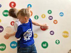Dit zijn de SMART DOTS abc en het wall.k.dot t-shirt. Inzetbaar thuis of bij logopedisten. Dit muursticker- en dobbelspel maakt het aanleren van de lettertekens en woorden superleuk en zorgt ervoor dat leren ook bewegen wordt. Educatief speelgoed voor thuis, in de klas, bij de kinesist, logopedist, kinderpraktijk,... #wallkadot #spelendleren #educatiefspeelgoed #bewegendleren #lerenisleuk #huiswerk #lerenlezen #lerenrekenen #logopedie #kinesitherapie #klas #school #kleuters #kleuterklas