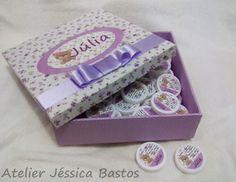 Caixa Maternidade tamanho 20x20x10cm toda forrada em tecido  + 50 latinhas personalizadas para lembrancinhas do Nascimento!  Cores, temas e estampas a sua escolha!  *Pode acrescentar Latinhas extras!