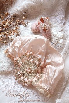 Vintage Baby Bonnet with Rosette Couleur Rose Pastel, Pastel Pink, Victorian Hats, Linens And More, Blue Towels, Antique Lace, Vintage Linen, Baby Bonnets, Christening Gowns