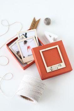 Wat een leuk cadeautje en een hele mooie manier om de mooiste herinneringen te bewaren: houten polaroids! - sugarandcloth.com