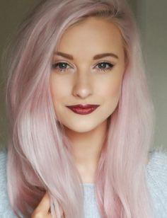 cheveux longs, quelle couleur de cheveux, levres rouges, yeux bleus, cheveux blanc-rose