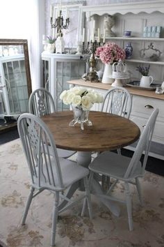 Simple Transparent Vase with Huge Flowers Tables Shabby Chic, Shabby Chic Dining Room, Shabby Chic Homes, Shabby Chic Furniture, Dining Furniture, Shabby Chic Decor, Dining Rooms, Furniture Design, Furniture Ideas