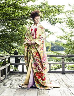 色打掛(Iro Uchikake)/疋田、牡丹、菊、桜など和のテイストを用い、ヒワ色の地に華やかな配色であしらいました。総絵羽の柄は地の疋田に至るまで全て400口錦の織物であしらわれ、背中には熨斗が広がり、裾には花車とどの角度から見てもふんだんに柄があしらわれた、大変華やかな柄行きの打掛です。