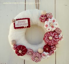 Classic Christmas Yarn Wreath Red Felt Roses by saffronfields Wreath Crafts, Christmas Projects, Diy And Crafts, Christmas Crafts, Christmas Decorations, Christmas Yarn Wreaths, Xmas Ornaments, Fabric Wreath, Christmas Mood