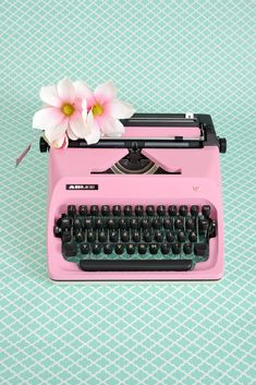 Ideas For Kitchen Vintage Art Inspiration Pastel Home Decor, Cute Home Decor, Retro Home Decor, Art Deco Furniture, Retro Furniture, Furniture Design, Working Typewriter For Sale, Pastel House, Vintage Luggage