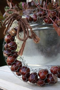 DIY – Small accessories with charm. Recycled caps or caps – MyKingL … – Homedesign NewlifeIdeas Fall Wreaths, Christmas Wreaths, Christmas Crafts, Christmas Decorations, Fall Crafts, Diy And Crafts, Chicken Wire Crafts, Idee Diy, Fall Diy