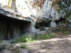Habitats troglodytiques de Calès, à Lamanon