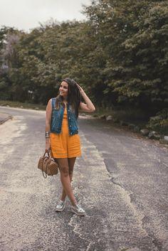 look do dia com macaquinho amarelo mustarda, sobreposição de colete jeans e oxford flatform prata. www.armariodemadame.com