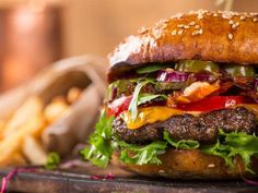 Many 'healthy' food options often contain more calories than a burger, which can Healthy Food Options, Healthy Work Snacks, Healthy Eating, Healthy Alternatives, Slimming World, Salada Light, Crockpot, Smoothies, Low Carb Recipes