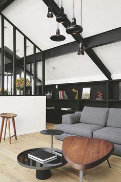 Petit coin salon mis en valeur par des verrières atelier noires