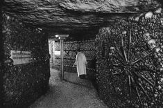 Journalist Will Hunt, who made the crossing with a group of urban explorers, recounts being menaced by rainwater and rats — and meeting fellow subterranean wanderers along the way. Horror Picture Show, Rocky Horror Picture, False Wall, Medieval Fortress, Vintage Hotels, Most Haunted, Haunted Places, Catacombs, Underworld