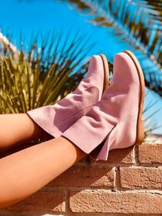 Pink is the new black - Stivaletti alla caviglia estivi in vero camoscio rosa - pretty in pink Brown Flat Boots, Brown Flats, Bohemian Boots, Pink Boots, November, Slippers, Dance Shoes, Ballet, Fashion