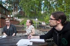 Jyväskylän yliopiston ylioppilaskunnan korkeakoulupoliittinen asiantuntija Susanna Koistinen, hallituksen puheenjohtaja Selma Vidgren ja tiedottaja Oskari Rantala olivat pettyneitä hallitusohjelman linjauksiin koulutussäästöistä.