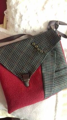 An original bag with a jacket and boiled wool - A .- Un sac original avec une veste et de la laine bouillie – Un grain de folie An original bag with a jacket and boiled wool – A grain of madness - Diy Bags Purses, Diy Purse, Leather Pillow, Denim Bag, Purse Patterns, Fabric Bags, Quilted Bag, Little Bag, Handmade Bags